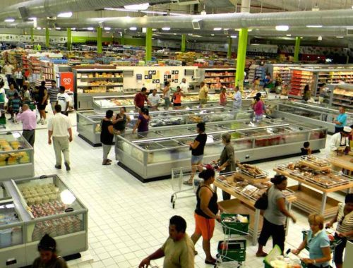 Intérieur d'un hypermarché avec des clients en rayon