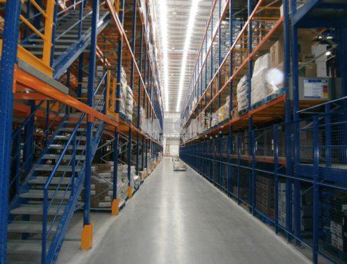 Couloir entre des racks dans un entrepôt
