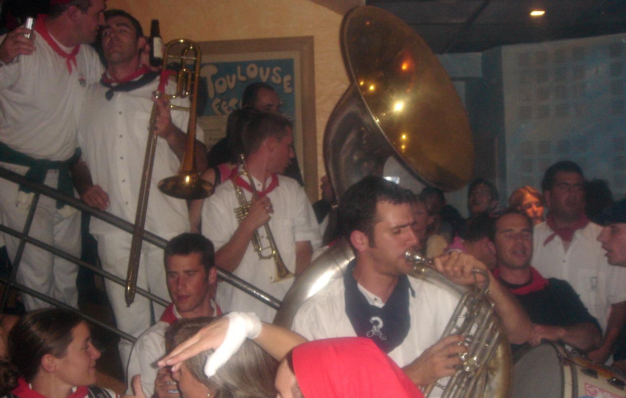 Bandas musicale au J'Go Drouot à Paris le 11/06/2005 après la Finale du Top 16 de rugby