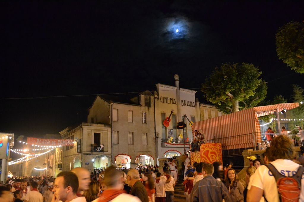 Lune au-dessus du cinéma Bravia sur la place centrale de Vic-Fezensac