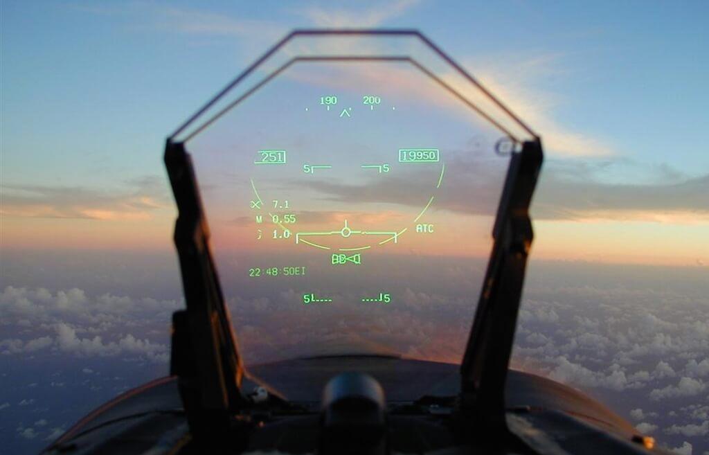 Système HUD (Head-Up Display) : affichage tête haute dans les cockpits des avions de chasse