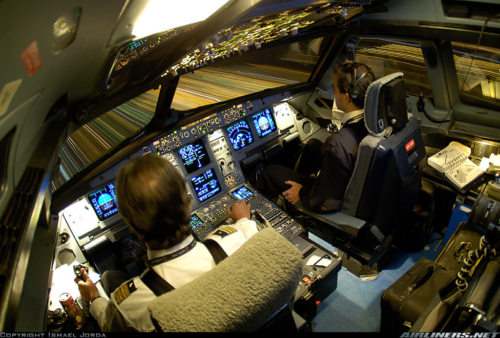 Pilotes à l'intérieur d'un cockpit de pilotage dans un Airbus A320 211 lors d'une phase de décollage