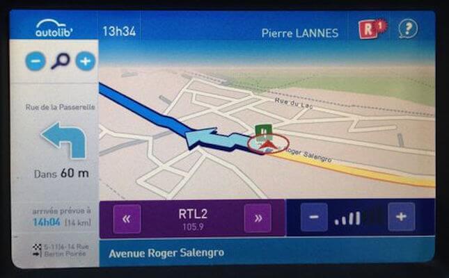 Capture écran tactile embarqué d'une Autolib avec personnalisation, cartographie, indications de parcours et radio