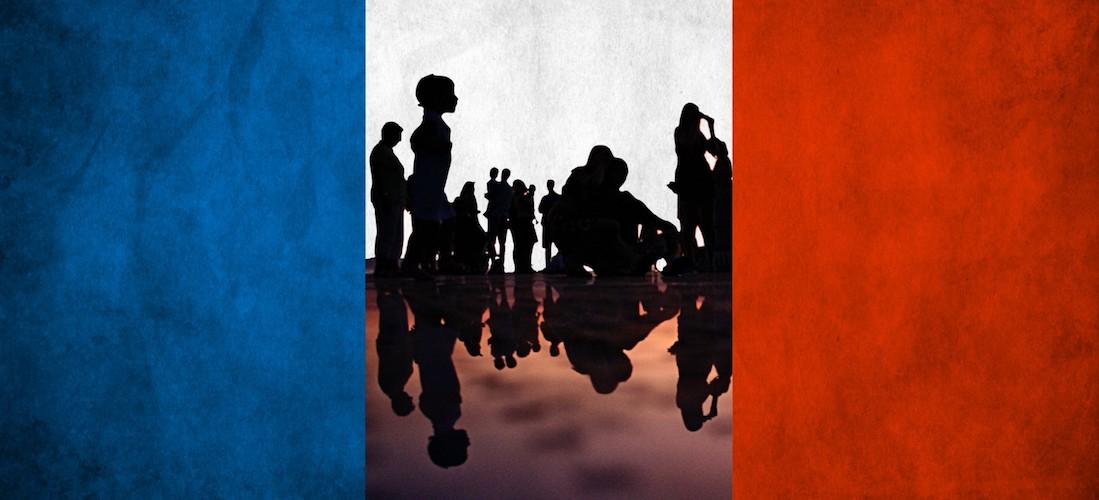 Ombres de citoyens sur fond de drapeau national français