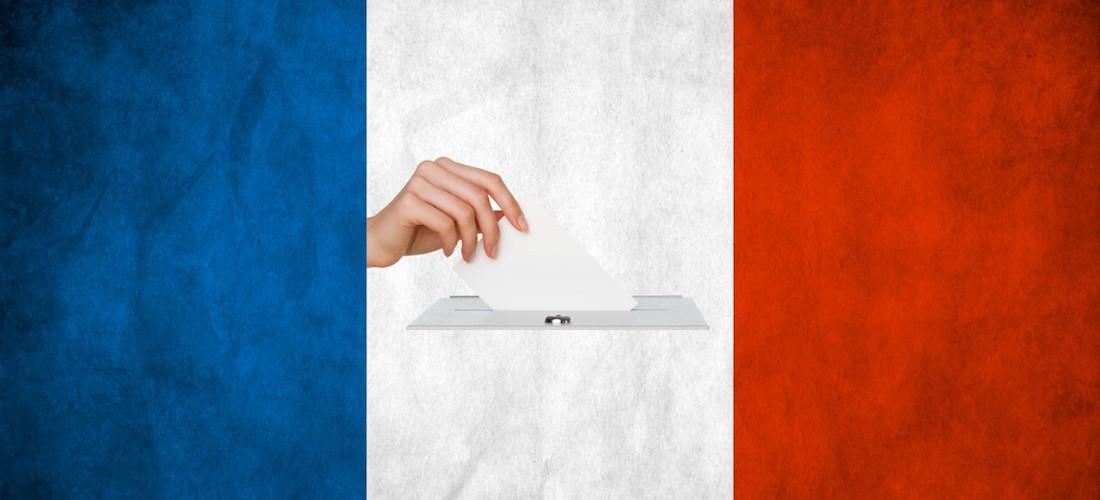 Bulletin blanc votant sur fond de drapeau national français