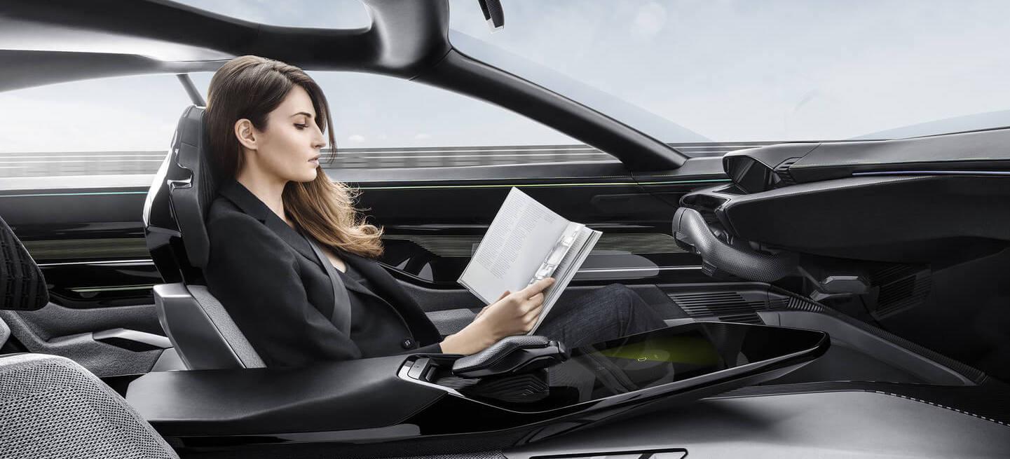Peugeot Instinct concept, conductrice lisant un livre